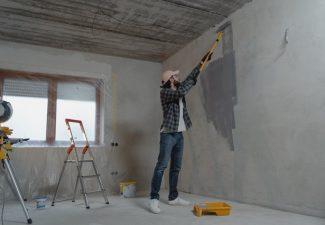 előkészíti a felületet a festéshez és biztosítja, hogy a végeredmény tartós legyen. Emellett az alapozás segíti a festék egyenletes száradását és jobb megtapadását